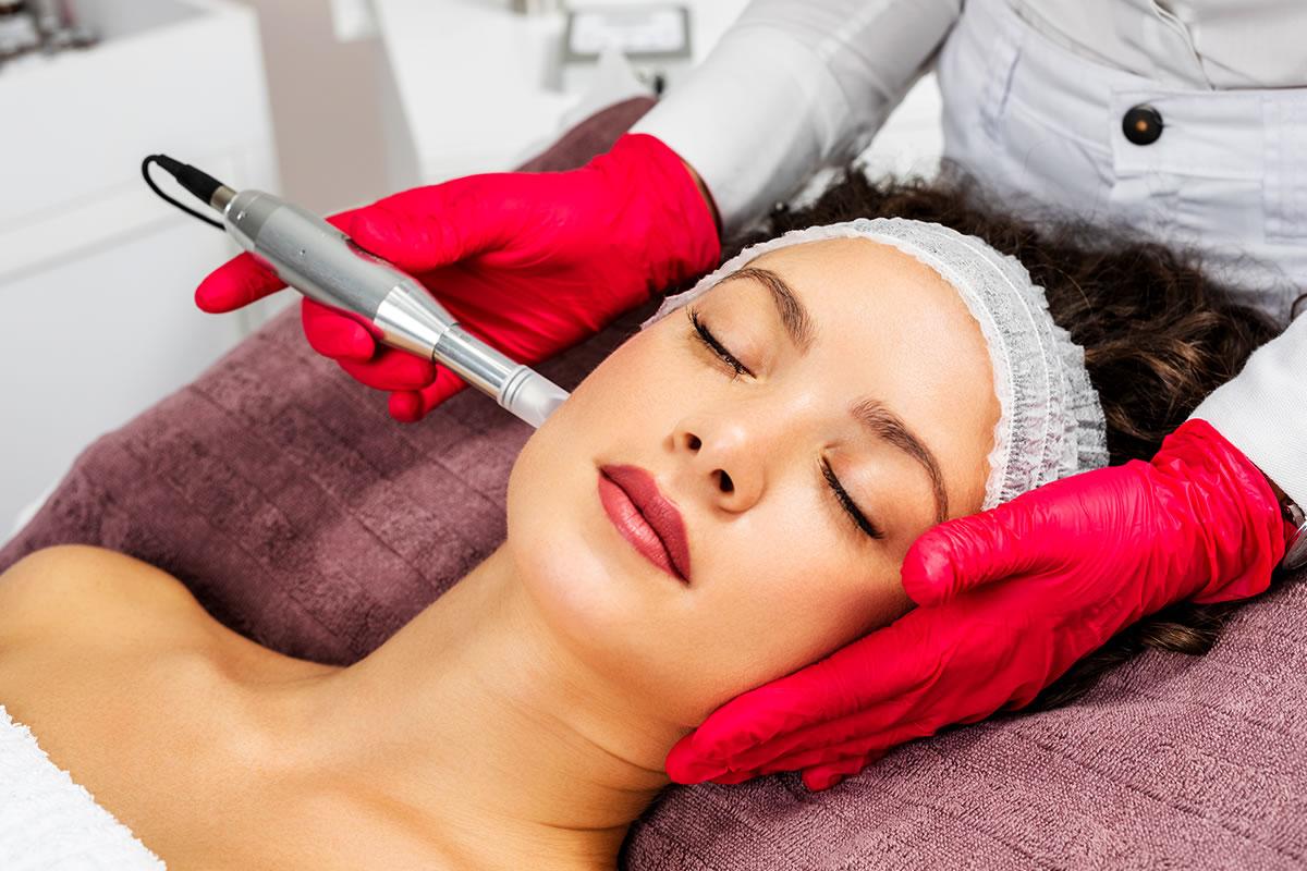 kobieca mezoterapia mikroigłowa w gabinecie medycyny estetycznej
